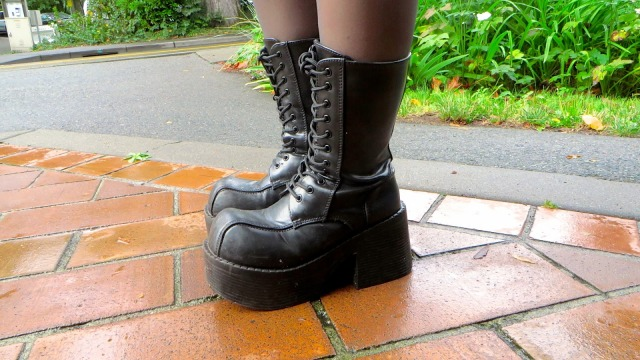 1bea7026d64 Seattle is the legendary birthplace of grunge. The rain-kissed streets and  cool autumn air inspires fashionistas near and far to bust out those chunky  boots ...